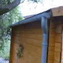 Detail okapového systému na zahradní chatě