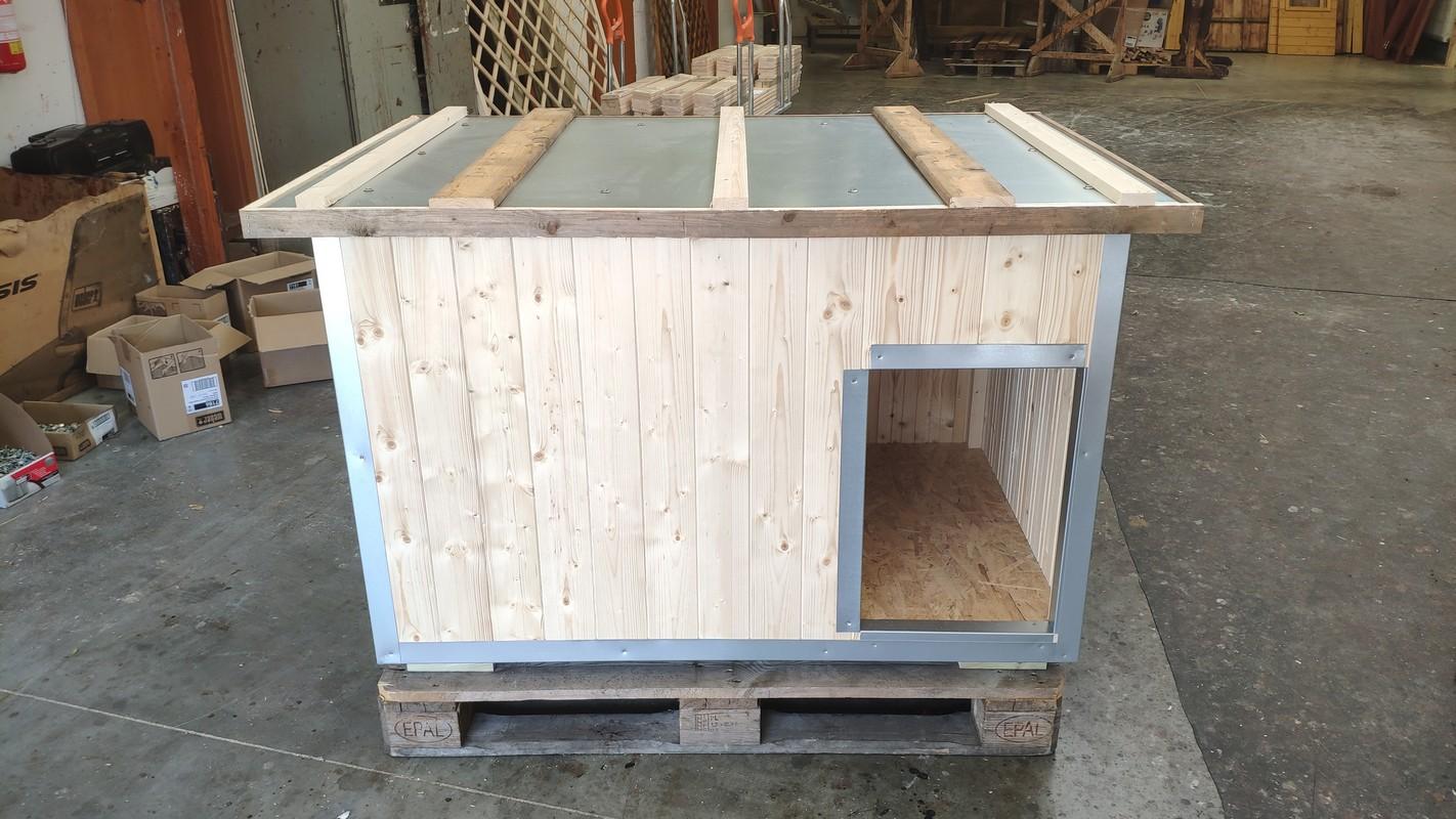 Nezateplená bouda pro psa s ochranným rámem kolem oplechované střechy