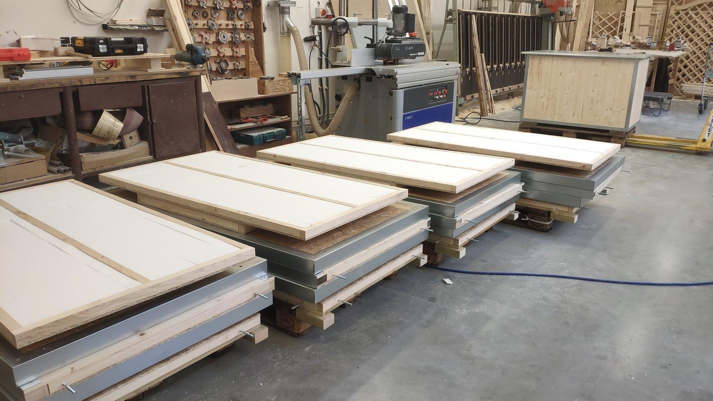 Zateplené boudy pro psa posíláme rozložené na paletě.