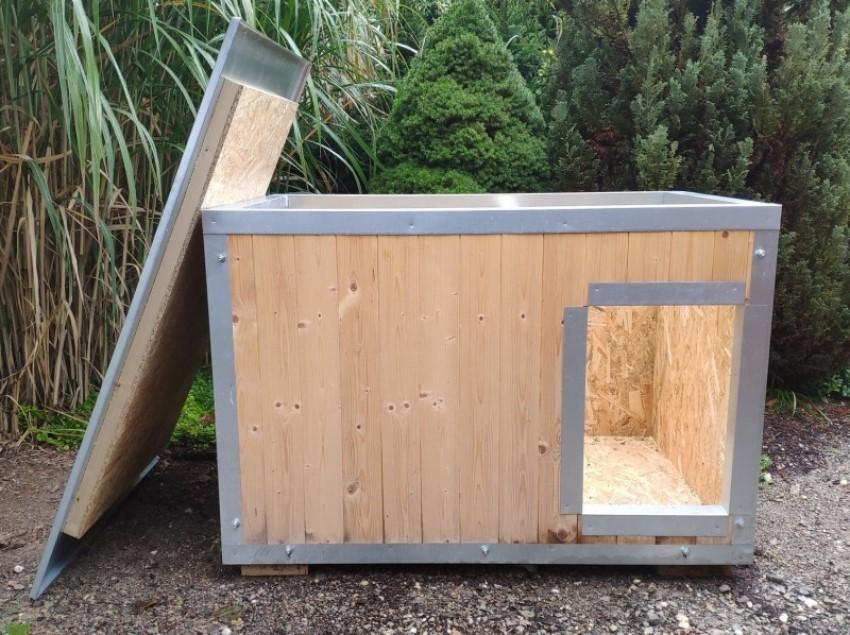 Střecha dřevěné boudy pro psa je odnímatelná