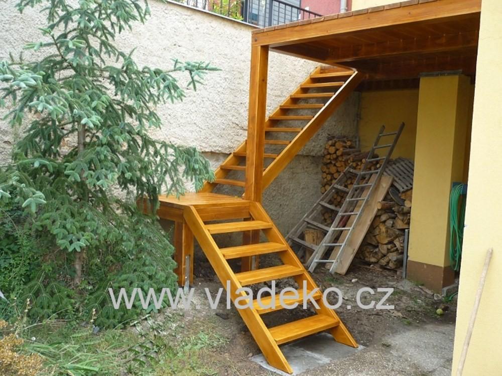 Dřevěné schody na terasu